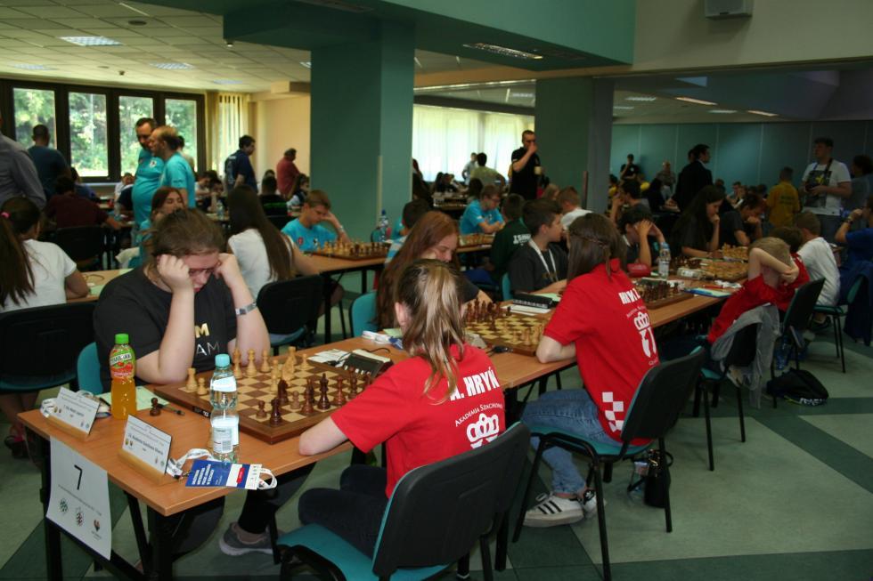 Młodzi szachiści walczą oIligę