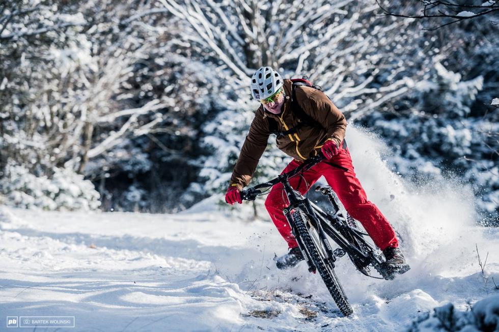 Wsiadamy na rower jesienią izimą. Jak jeździć bezpiecznie ikomfortowo przy fatalnej pogodzie?