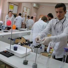 Uczniowie dziewiątki eksperymentują już wlaboratorium XXI wieku