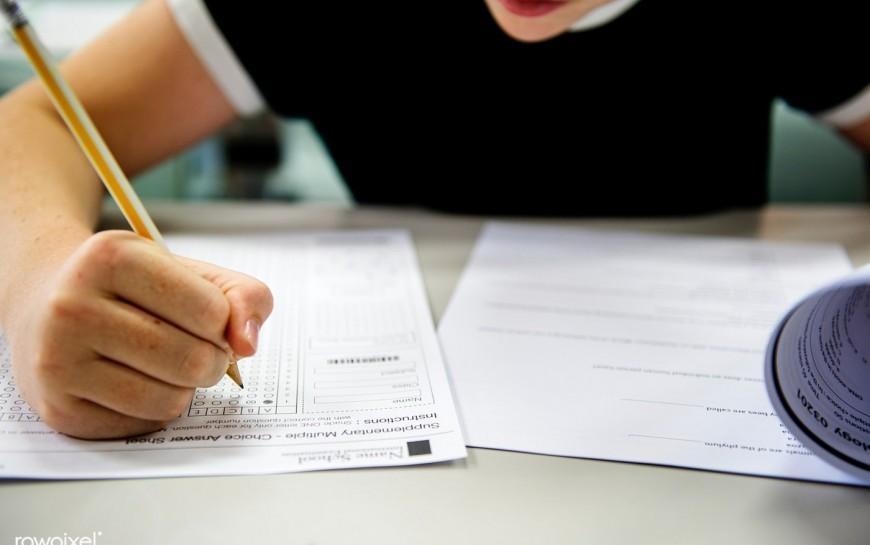 Legniccy gimnazjaliści przystępują doegzaminów