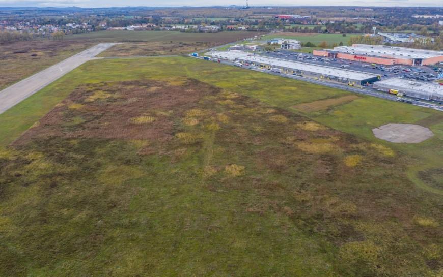 Miasto sprzedaje kolejną działkę na byłym lotnisku
