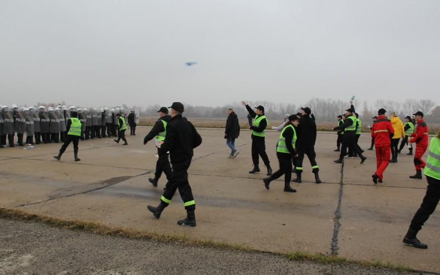 Legniccy policjanci rozproszyli agresywny tłum