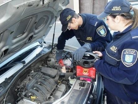 Strażnicy pomogą ci uruchomić auto. Zadzwoń pod nr 986
