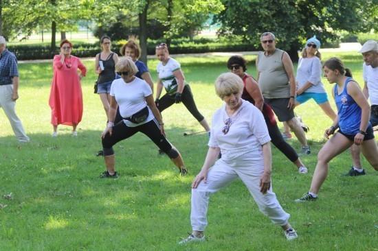 Zadbaj oswoją kondycję, ćwicząc wsobotę zseniorami wparku Miejskim
