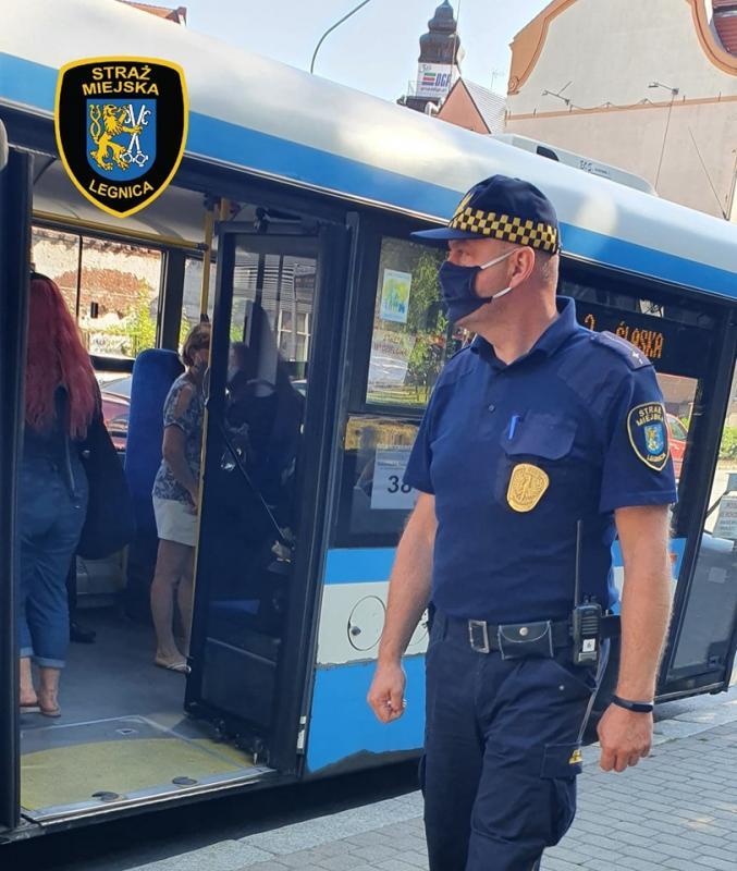 Strażnicy miejscy wautobusach rozdawali maseczki